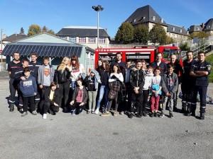 Les adolescents de l'espace jeunes avec l'équipe des sapeurs-pompiers volontaires du centre de secours d'Egletons.